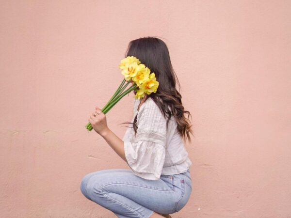 How to Pose With Flowers on Valentines Day: Pose Ideas